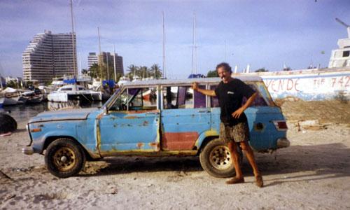 """Mon amis Marco à Porlamar sur l'île de Margarita pose devant sa """" voiture """", terme qui n'engage que lui…"""
