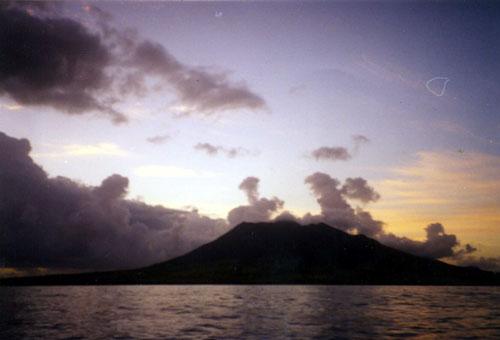 Le majestueux Nevis Peak et ses 1093 mètres, un sacré monstre couvert de jungle  voisin de Saint-Barth.