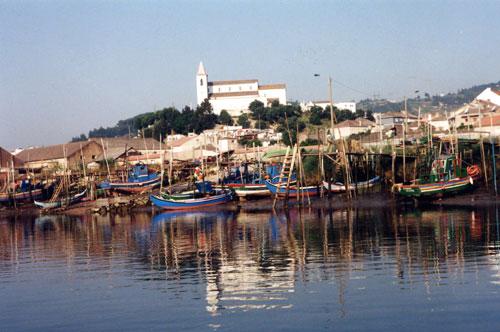 Flottille de pêche au repos sur le Tage à marée basse, 15 minutes de train depuis Lisbonne et la jolie petite ville de Alhandra.